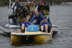 Mikko Hirvonen présent pour aider Jari-Matti Latvala et Miikka Anttila durant la course de pédalos