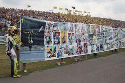 Ganador de la carrera Valentino Rossi Fiat Yamaha Team celebra su triunfo 100 de MotoGP