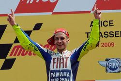 Podio: ganador de la carrera Valentino Rossi Fiat Yamaha Team celebra su triunfo 100 de MotoGP