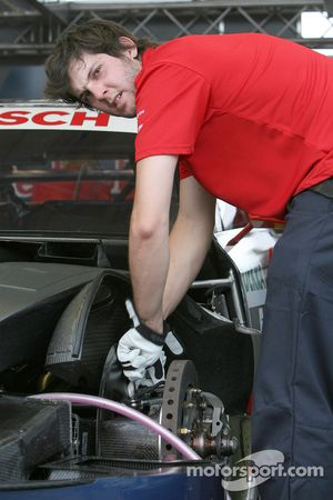 Механики работают над машиной Мартина Томчика, Audi Sport Team Abt Audi A4 DTM