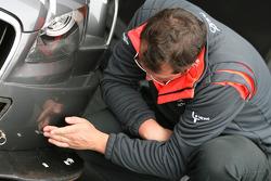 Механик чинит машину Кристиана Баккеруда, Futurecom-TME, Audi A4 DTM