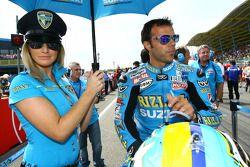 Une charmante jeune femme de Rizla Suzuki MotoGP avec Loris Capirossi, Rizla Suzuki MotoGP