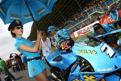 Une charmante jeune femme de Rizla Suzuki MotoGP avec Chris Vermeulen, Rizla Suzuki MotoGP