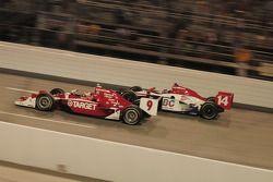 Scott Dixon, Target Chip Ganassi Racing dépasse Ryan Hunter-Reay, A.J. Foyt Enterprises
