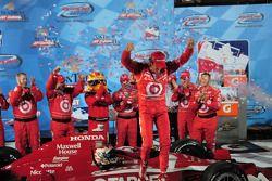 Victory lane: race winner Scott Dixon, Target Chip Ganassi Racing
