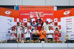 Le podium de GT300 : les vainqueurs Hiroki Katoh et Hiroki Yoshimoto, seconde place de Manabu Orido et Tatsuya Kataoka, troisième place de Nobuteru Taniguchi et Ryo Orime