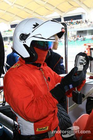 Un mécanicien de la #69 Thunder Asia Mosler MT900R