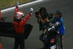 Le vainqueur Hironobu Yasuda célèbre