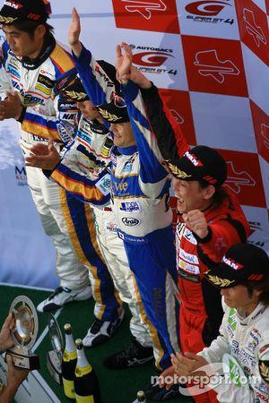 Le podium de GT300 : les vainqueurs Hiroki Katoh et Hiroki Yoshimoto, seconde place de Manabu Orido