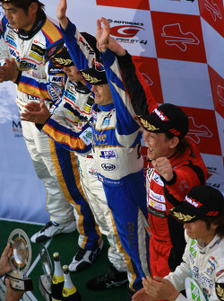 GT300 podium: class winners Hiroki Katoh and Hiroki Yoshimoto, second place Manabu Orido and Tatsuya