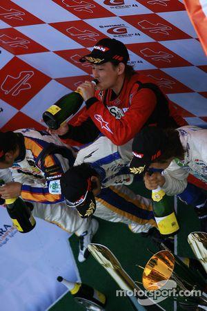 Le podium GT300 : le vainqueur Hiroki Yoshimoto