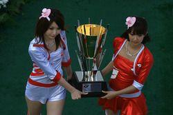 Le podium GT500 : les jeunes femmes du podium