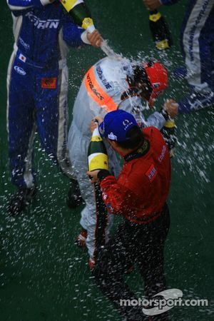 Le podium GT500 : le vainqueur Hironobu Yasuda