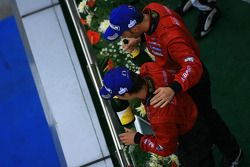 Le podium GT500 : les vainqueurs Hironobu Yasuda et Ronnie Quintarelli