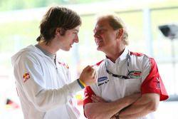 Le chef exécutif Jonathan Palmer de Motorsport Vision parle avec Mirko Bortolotti