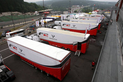 Les camions F2 dans le paddock