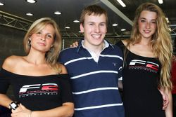 Henry Surtees avec les pitgirls F2