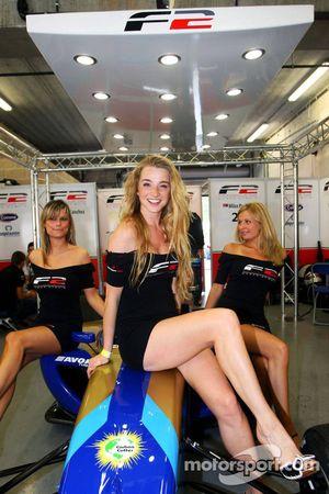 Les pitgirls F2 visitent les garages