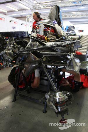 Les mécaniciens F2 travaillent sur la voiture d'Armaan Ebrahim après un crash en qualifications