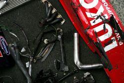 Des morceaux abimés de la voiture de Mikhail Aleshin