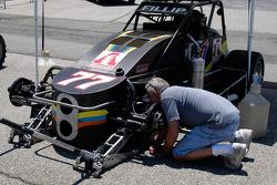 Chet Fillip travaille sur sa voiture. Quand avez vous vu dernièrement un pilote d'Indy faire ça