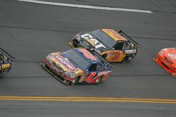Marcos Ambrose, JTG Daugherty Racing Toyota et Jeff Burton, Richard Childress Racing Chevrolet
