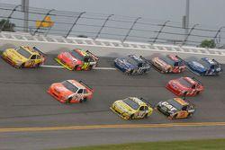 Clint Bowyer, Richard Childress Racing Chevrolet et Joey Logano, Joe Gibbs Racing Toyota mène un gro