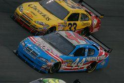 A.J. Allmendinger, Richard Petty Motorsports Dodge et Clint Bowyer, Richard Childress Racing Chevrolet