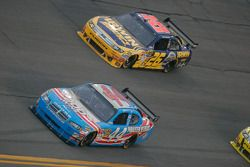 A.J. Allmendinger, Richard Petty Motorsports Dodge et Jamie McMurray, Roush Fenway Racing Ford