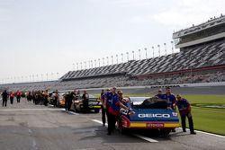 Les équipes de NASCAR Sprint Cup poussent leurs voitures dans les garages après la puie des qualific