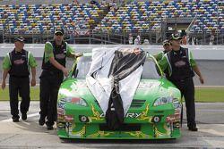 L'équipe de Kyle Busch pousse sa voiture dans le garage après la pluie des qualifications