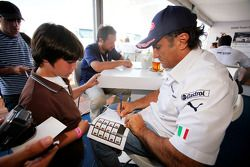 Alex Zanardi, BMW Team Italy-Spain signe des autographes à des fans