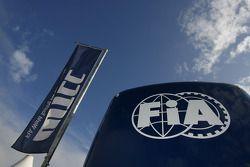 Le camion et le drapeau FIA