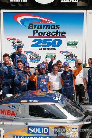 Ligne d'arrivée : les vainqueurs Max Angelelli et Brian Frisselle célèbrent avec Wayne Taylor et les membres de SunTrust Racing