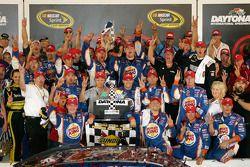 Victory lane: le vainqueur Tony Stewart, Stewart-Haas Racing Chevrolet célèbre