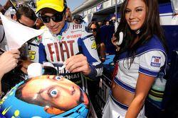 Valentino Rossi, Fiat Yamaha Team, avec une charmante hôtesse Yamaha