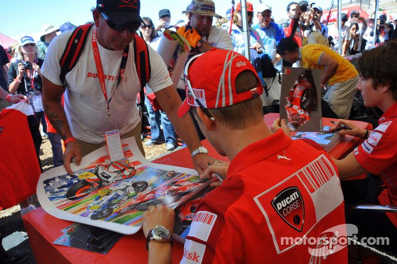 Casey Stoner, Ducati Marlboro Team firma de autógrafos en el área de fans