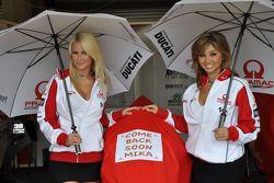 Девушки Pramac Racing с сообщение для Мика Каллио