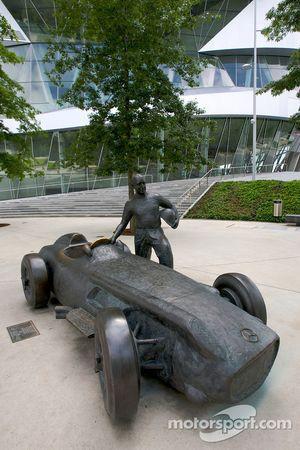 Una estatua de bronce de Juan Manuel Fangio y su Mercedes-Benz W196