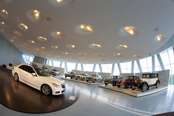 Gallery of heroes: 2009 Mercedes-Benz E 500 and overview of the room