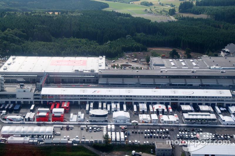 В середине лета Формула 1 приехала на трассу «Нюрбургринг». Гран При Германии стал девятым этапом сезона. К слову, календарь тогда включал всего 17 гонок.