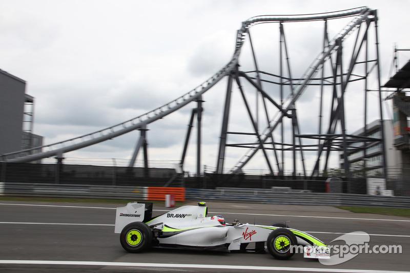 Баррикелло вернулся на первое место, но из-за того, что он терял время позади Ferrari, Уэббер на чистой трассе сократил отставание Brawn всего до восьми секунд