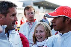 Бернард Шнайдер разговаривает с Льюисом Хэмилтоном, McLaren Mercedes