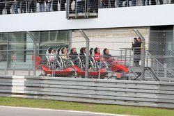 Michael Schumacher piloto de pruebas, Scuderia Ferrari, en la nueva montaña rusa, el Ring Racer