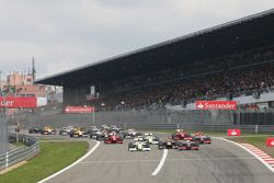 Start of the race with Mark Webber, Red Bull Racing, Rubens Barrichello, Brawn GP, Lewis Hamilton, M