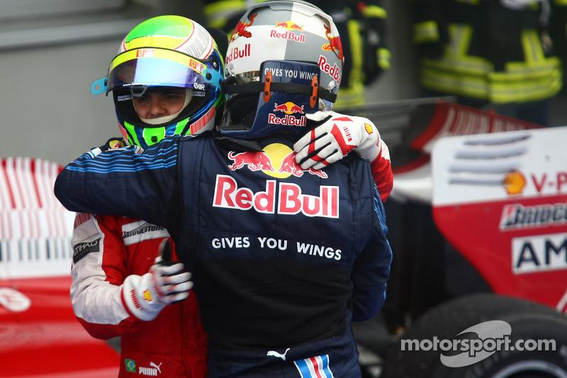 Yarış galibi Mark Webber, Red Bull Racing kutlama yapıyor ve Felipe Massa, Scuderia Ferrari