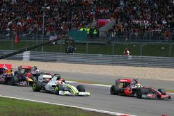 Старт Льюис Хэмилтон, McLaren Mercedes, и Рубенс Баррикелло, Brawn GP