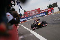 Mark Webber, Red Bull Racing toma la bandera a cuadros