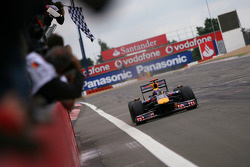 Mark Webber, Red Bull Racing toma la bandera a cuadros