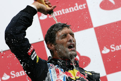 Podio: carrera ganador Mark Webber, Red Bull Racing celebra con champagne